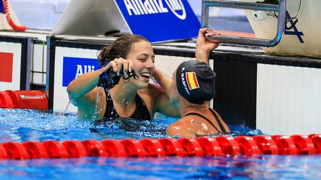 Nuria Marqués y Sarai Gascón se abrazan tras lograr el oro y la...