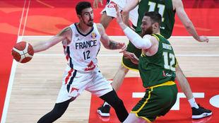Nando De Colo intenta dar un pase ante la defensa de Aron Baynes