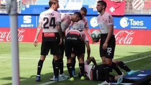 Ferreyra, en el suelo lesionado, tras marcar el gol contra el Eibar.
