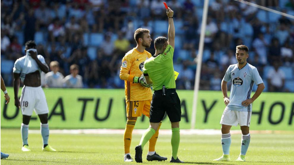 Prieto Iglesias muestra la tarjeta roja a Fran Beltrán.