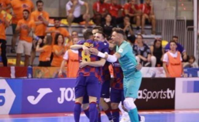Los jugadores del Barça abrazan a Adolfo (26), la estrella del...