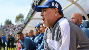 Diego Maradona hizo su debut oficial como DT de Gimnasia y Esgrima.