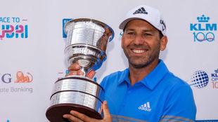 Sergio García posa con el trofeo del KLM