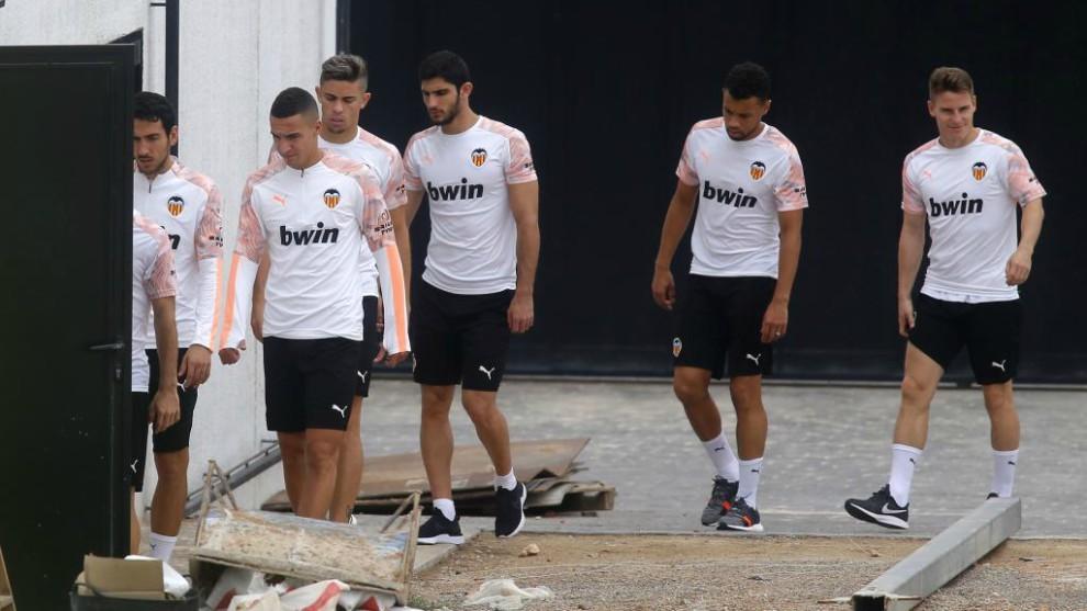 Los jugadores del Valencia se dirigen al entrenamiento este domingo.