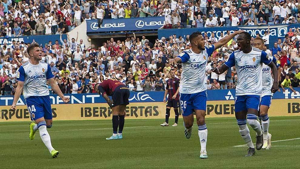 Dwamena celebra con sus compañeros el primer gol en La Romareda