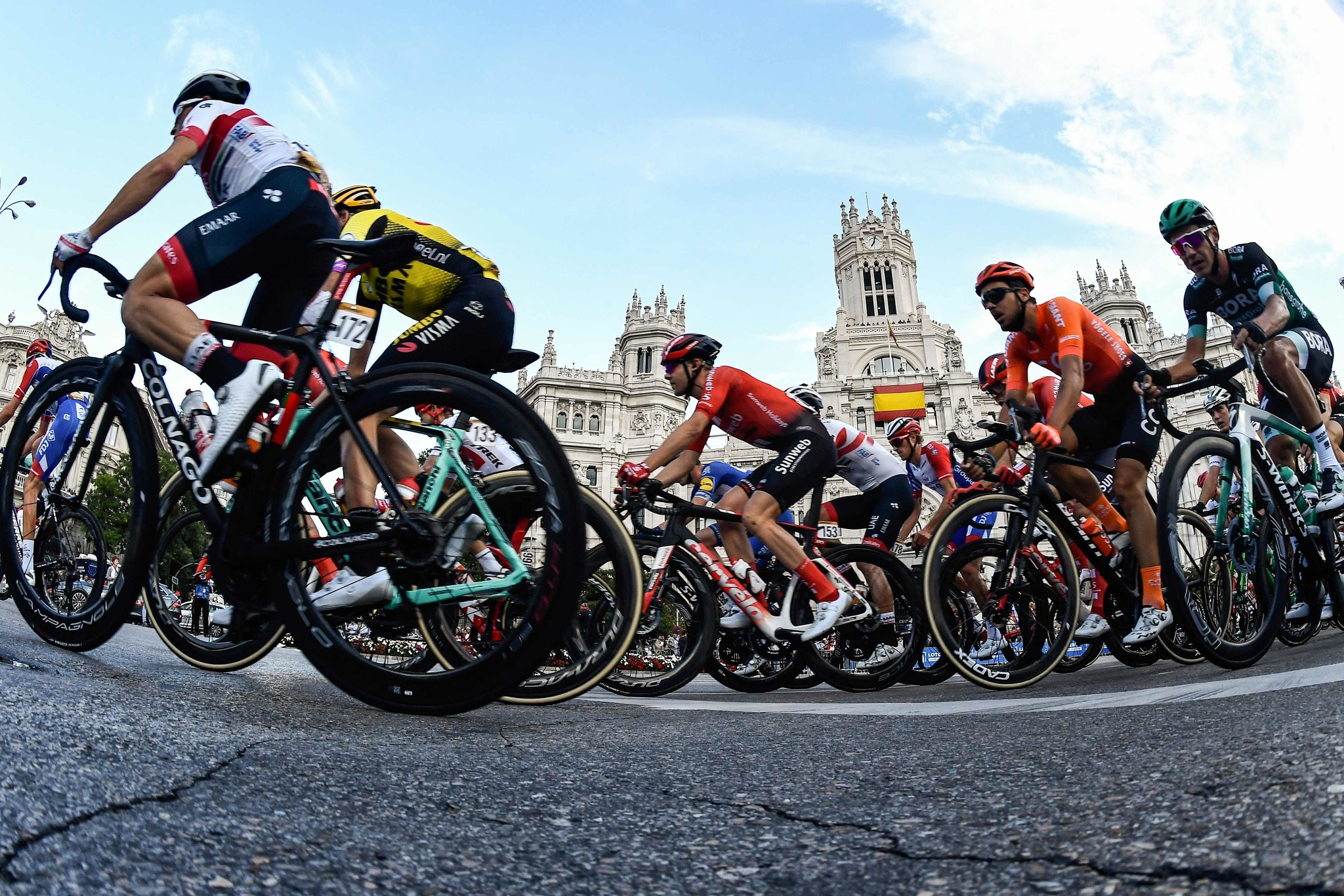 The pack rides past the Bank of Spain during the 21th and last stage of the 2019 La <HIT>Vuelta</HIT> cycling Tour of Spain, a 106,6 km race from Fuenlabrada to Madrid on September 15, 2019. (Photo by OSCAR DEL POZO / AFP)