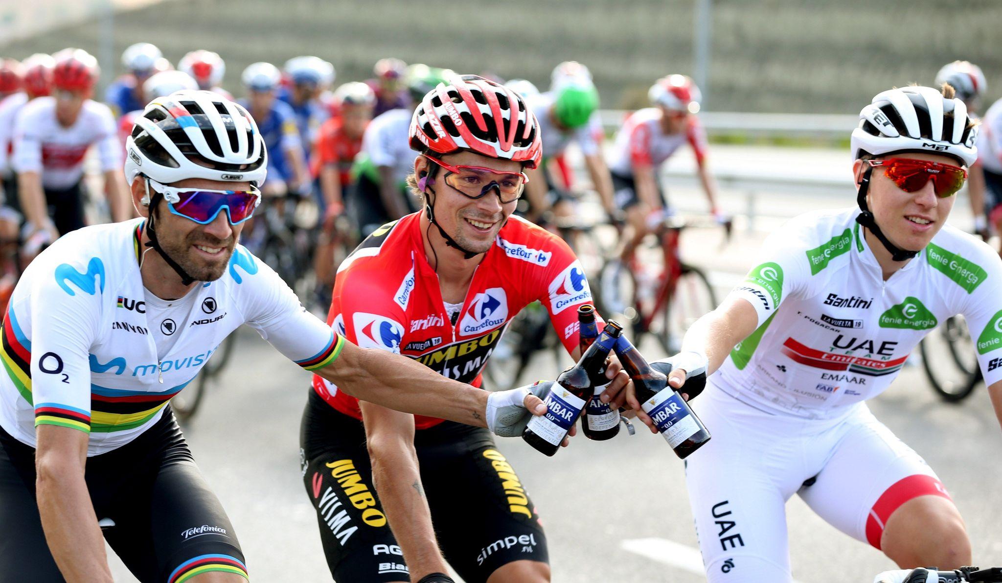 GRAF3063. MADRID, 15/09/2019.- El ciclista esloveno del equipo Jumbo-Visma, Primôz Roglic (c), celebra junto a Alejandro Valverde (i) del equipo Movistar, segundo clasificado y Tadej Pogacar (d) del equipo UAE Emirates, tercero, tras coronarse como ganador de La <HIT>Vuelta</HIT> a España 2019, en la vigésimo primera y última etapa que ha salido de Fuenlabrada y con meta en Madrid, con un recorrido de 106,6 kilómetros. EFE/Javier Lizón