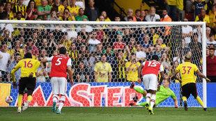 Pereyra marca el gol del empate de penalti.