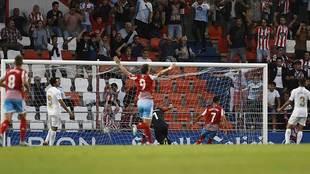 Cristian Herrera remacha desde cerca el segundo gol del Lugo