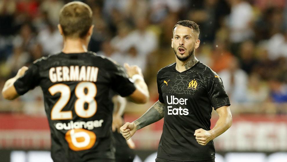 Benedetto (29) celebra uno de sus goles con Germain (29).