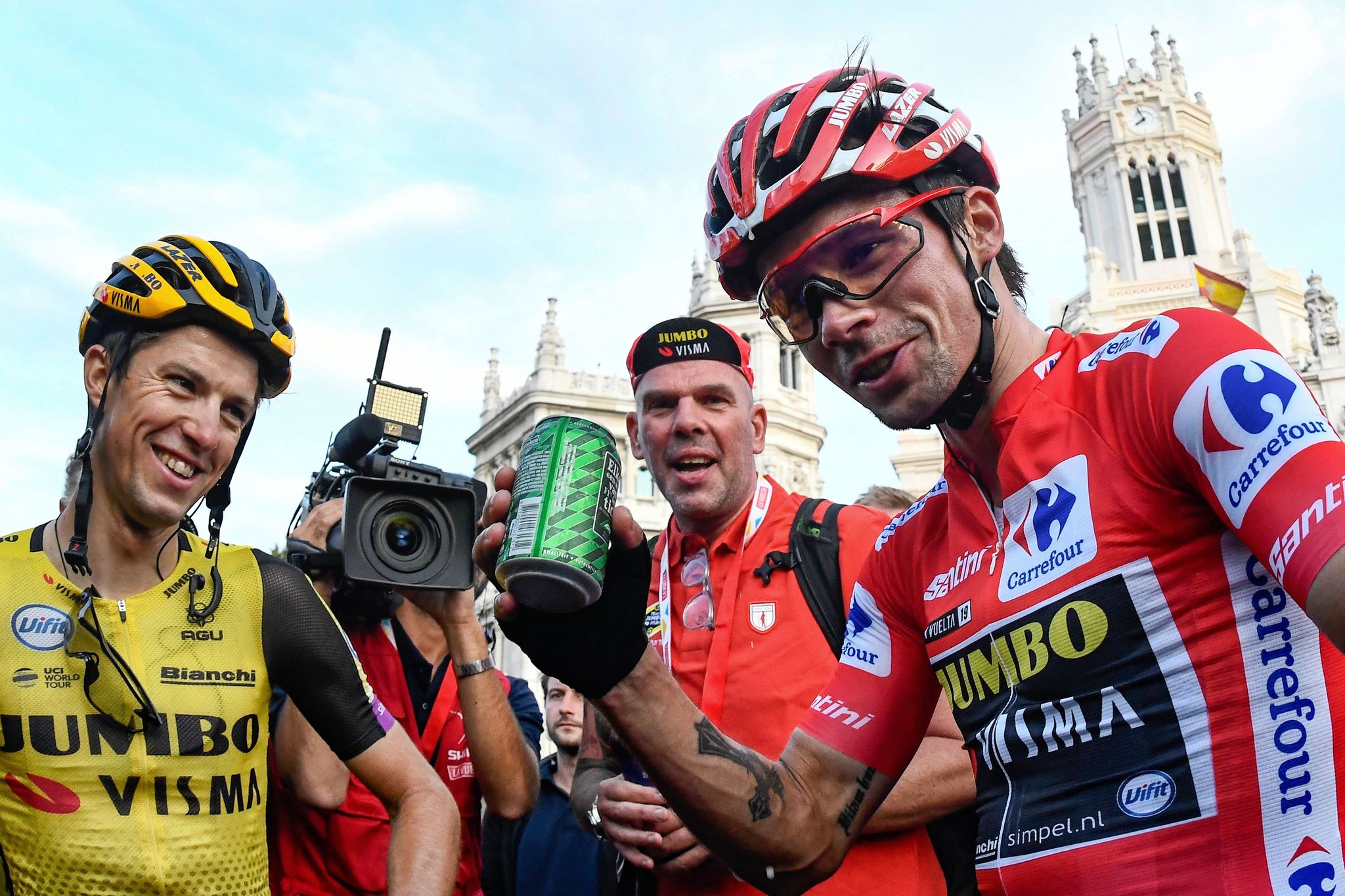 Team Jumbo rider Slovenias Primoz <HIT>Roglic</HIT> (R) celebrates with his teammates after the 21st and last stage of the 2019 La Vuelta cycling Tour of Spain, a 106,6 km race from Fuenlabrada to Madrid on September 15, 2019. (Photo by OSCAR DEL POZO / AFP)