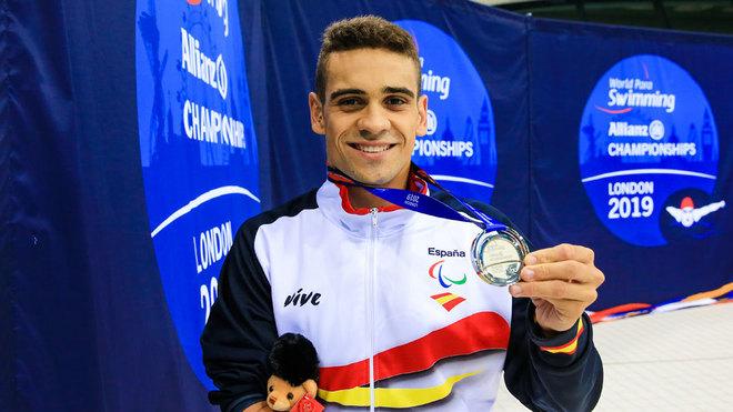 Óscar Salguero posa con su plata mundial en 100 braza S8.