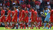 Jugadores del Toluca caminan cabizbajos.