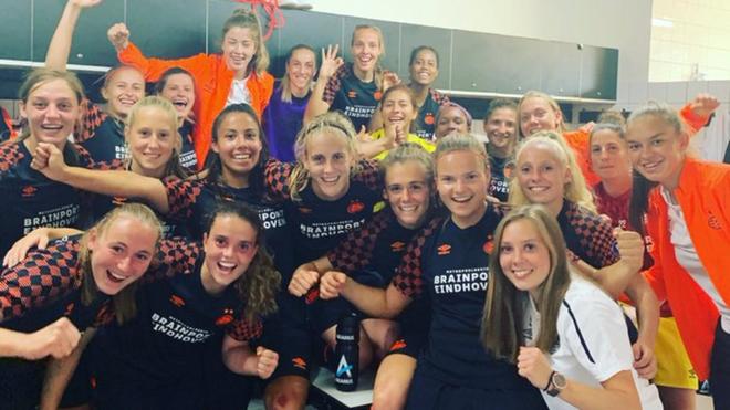 PSV festejando en el vestuario