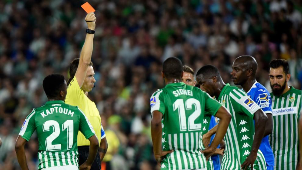 González González le muestra la roja a William.
