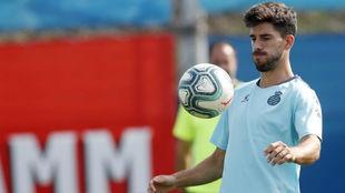 Dídac Vilà, con el balón, durante un entrenamiento.