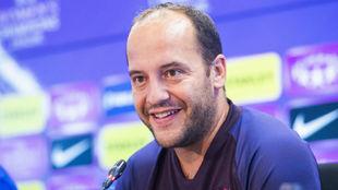 Lluis Cortés, entrenador del Barcelona, en una rueda de prensa.