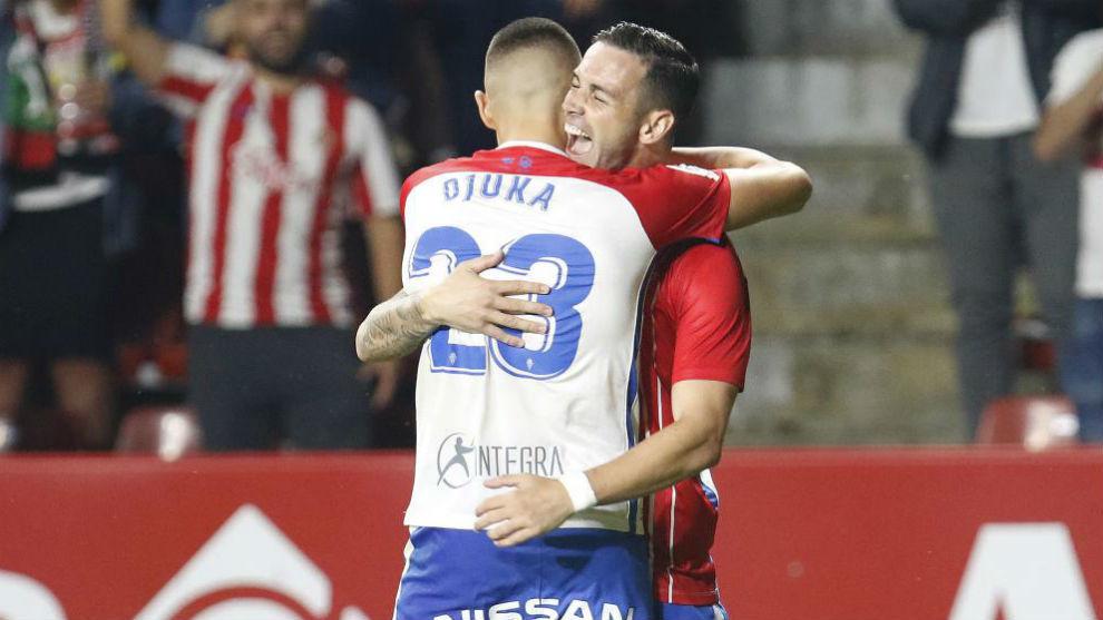 Abrazo entre Djuka y Álvaro tras el 1-0 ante el Deportivo.