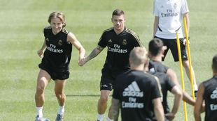 De la Fuente, en un entrenamiento junto a Modric esta pretemporada.