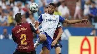 Luis Suárez, ante Ale Díez durante el partido de este domingo