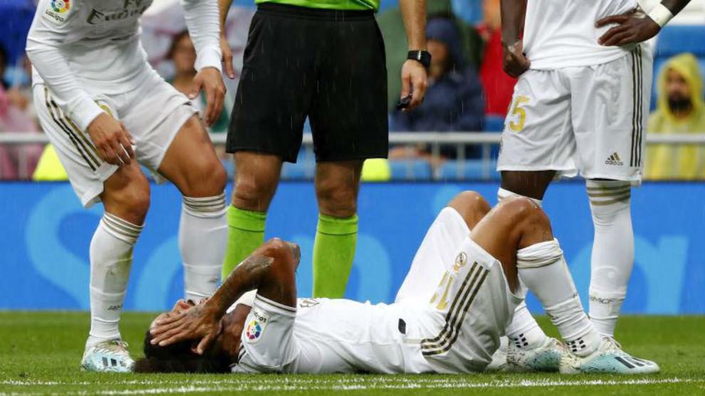 Marcelo, tendido en el suelo en el partido frente al Levante tras una...