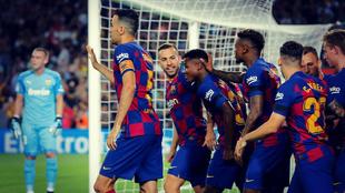 Los jugadores del Barcelona celebran uno de los goles marcados en...