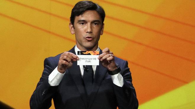 Paulo Ferreira enseña el nombre del Trabzonspor el día del sorteo.