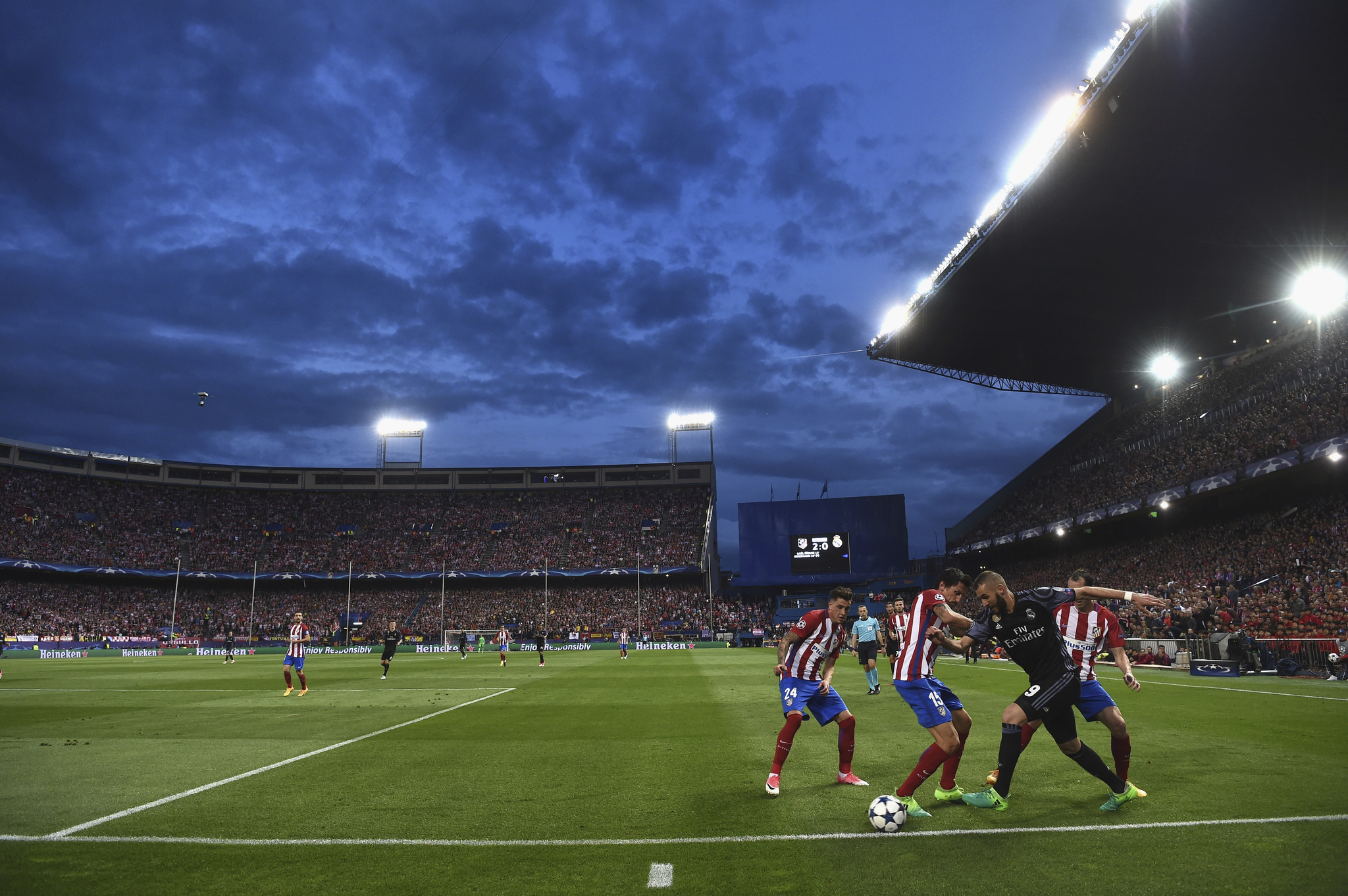 MADRID, SPAIN - MAY 10: A general view as Karim <HIT>Benzema</HIT> of Real Madrid takes on Stefan Savic of Atletico Madrid during the UEFA Champions League Semi Final second leg match between Club Atletico de Madrid and Real Madrid CF at Vicente <HIT>Calderon</HIT> Stadium on May 10, 2017 in Madrid, Spain. (Photo by Laurence Griffiths/Getty Images) NO USAR EN INTERNET HASTA QUE SE PUBLIQUE EN PAPEL