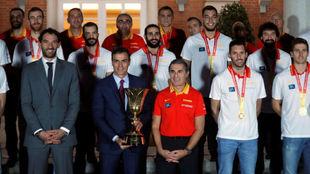 Pedro Sánchez sujeta el trofeo del Mundial en la foto de familia con...