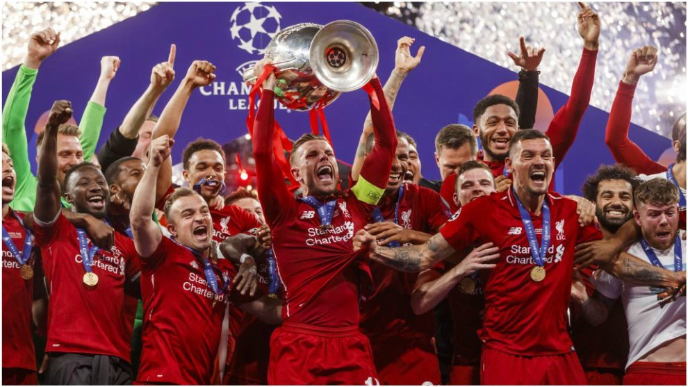 Jordan Henderson levanta la Champions ganada por el Liverpool.