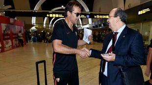 Lopetegui estrecha la mano del presidente en el aeropuerto.