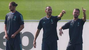 Pjanic, junto a Bonucci y Rabiot en el último entrenamiento.