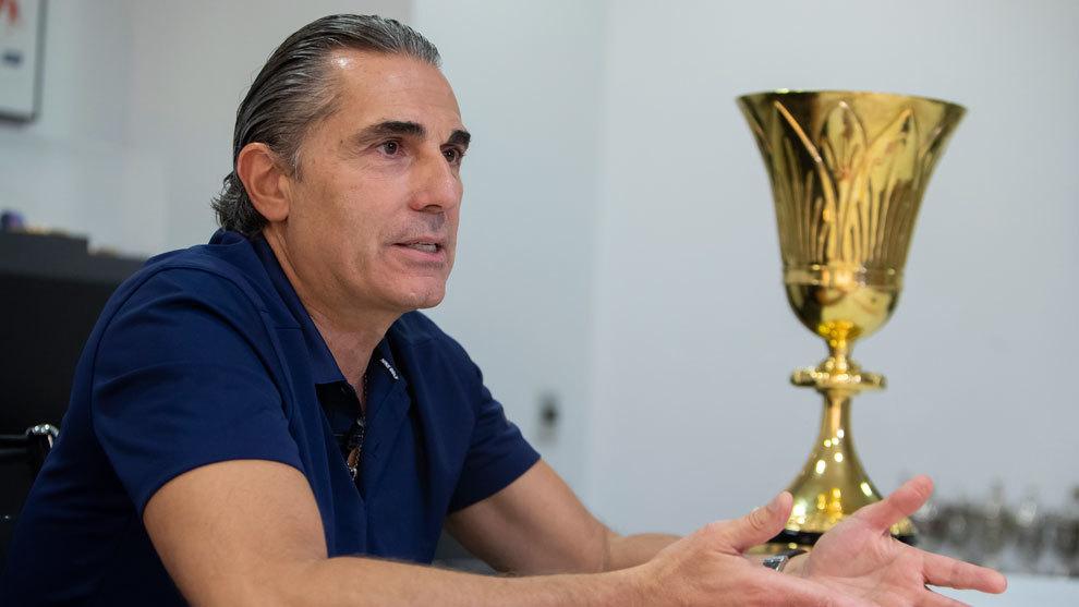Sergio Scariolo, con la copa de Campeón del Mundo, en la FEB