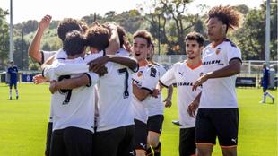 Los jugadores del Valencia, se abrazan en el gol de Hugo González con...