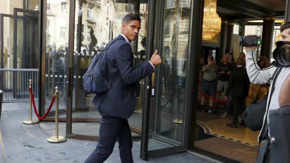 Varane, a su llegada al hotel de concentración del Madrid en París