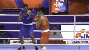 Ayoub, de azul, durante el primer asalto.