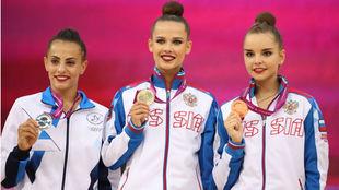 El podio de la final de aro, ganada por Ekaterina Selezneva, en el...