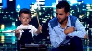 Hugo Molina, un niño de dos años, enamora a todos a ritmo de tambor...