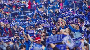 Los aficionados del Getafe animan a su equipo en un partido.