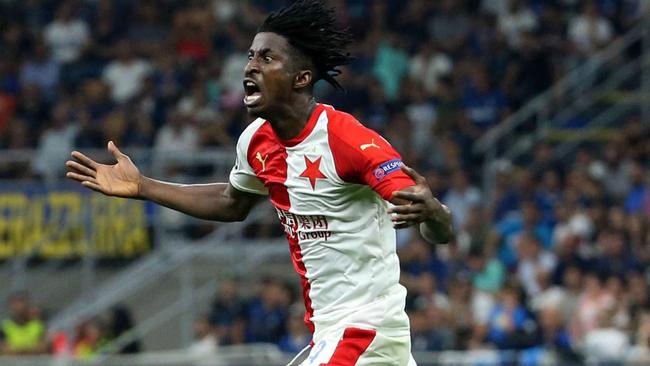 Olayinka celebra su gol en San Siro