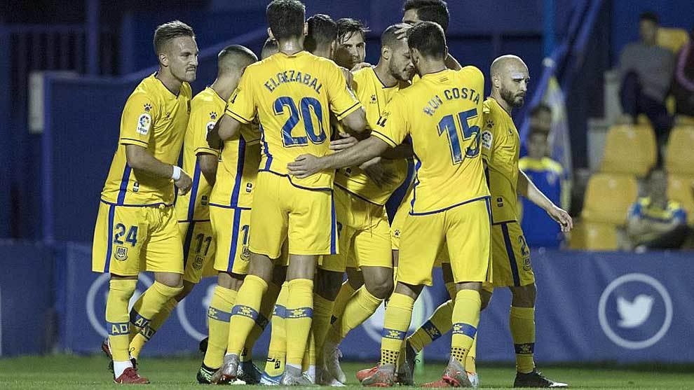 Los jugadores del Alcorcón rodean a Stoichkov tras uno de sus goles