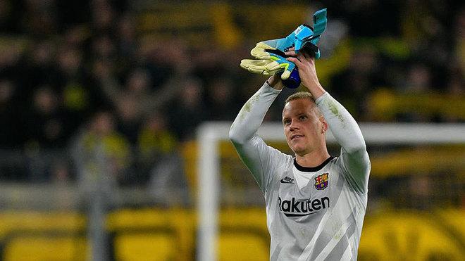 Ter Stegen saluda a la afición del Barcelona después del partido contra el Borussia Dortmund.