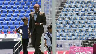 El Chelís camina en la cancha del Estadio Cuauhtémoc.