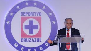Guillermo Álvarez Cuevas dando una conferencia de prensa.