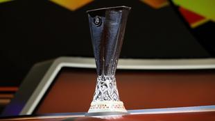 La copa de la UEFA Europa League durante el sorteo.