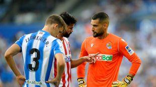 Moyá charla con Diego Costa, en presencia de Diego Llorente.