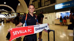 Chicharito, en el aeropuerto antes de salir hacia Bakú.