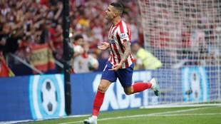 Vitolo celebrando un gol con el Atlético