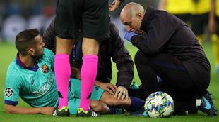 Alba es atendido en el césped del Signal Iduna Park