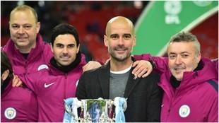 Domènec Torrent, a la derecha de Guardiola, posa con la Copa de la...